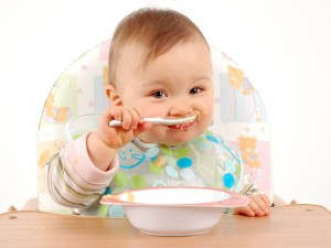 Малыш ест сам